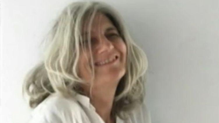 """La journaliste de mode Sophie Fontanel souhaite inciter les femmes à assumer leurs cheveux blancs. Sa démarche porte déjà un nom : le mouvement """"going grey"""". (Francetv Info)"""