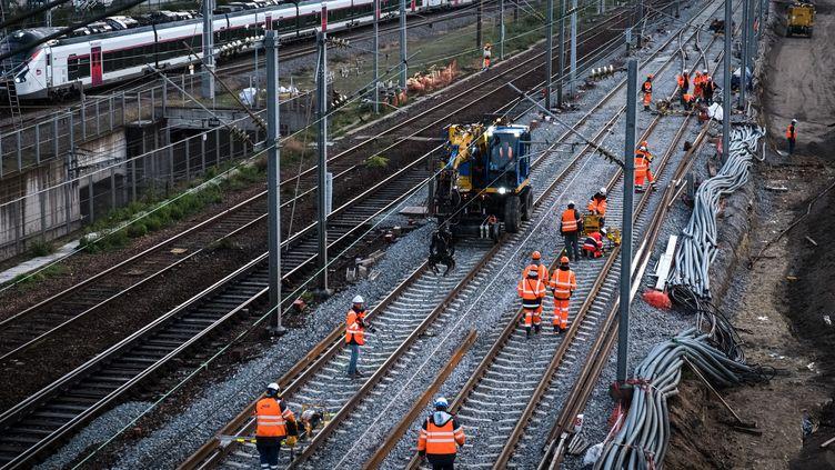 Des agents de la SNCF travaillant sur les voies près de la gare de l'Est à Paris, le 23 novembre 2019. (JOEL SAGET / AFP)