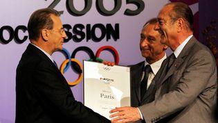 Jacques Chirrac et Bertrand Delanoe présentant la candidature de Paris pour les JO 2012, à Jacques Rogge, en 2005, à Singapour. (AHMAD YUSNI / EPA)