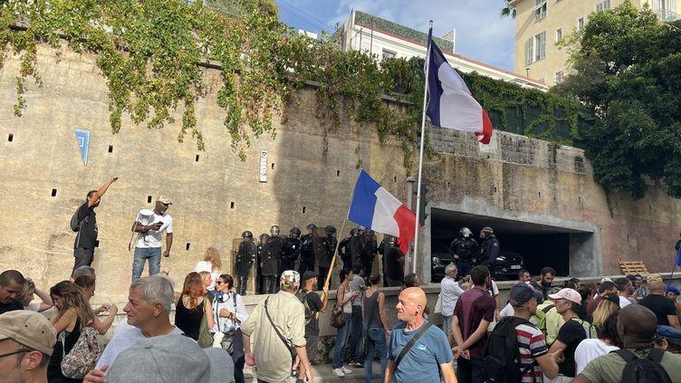 Des manifestants opposés au pass sanitaire ont tenté d'approcher le domicile du maire de Nice, Christian Estrosi, samedi 25 septembre. (STEPHANIE GASIGLIA / MAXPPP)