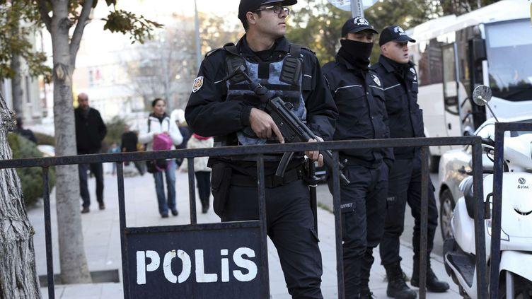 Le régime Erdogan a franchi une étape supplémentaire dans son contrôle du pays, le 4 novembre 2016, en faisant arrêter les deux responsables du parti d'opposition HDP, les députés Selahattin Demirtas et Mme Figen Yüksekdag. Pour couvrir l'opération, la police a été déployée dans les rues. Ces interpellations s'ajoutent aux milliers d'arrestations et de licenciements qui ont eu lieu dans la fonction publique et l'armée. Cette répression commence à inquiéter en Europe. La cheffe de la diplomatie européenne, Federica Mogherini, s'est dite «extrêmement inquiète». (Burhan Ozbilici/AP/SIPA)