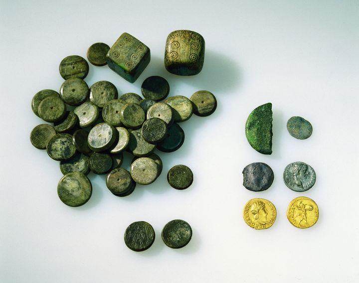 Dés, jetons aureus, denier, faux denier et demi-as découverts enterrés dans un petit coffret Lausanne (Entre 68-80 apr. J.-C.) (Musée romain de Lausanne-Vidy)