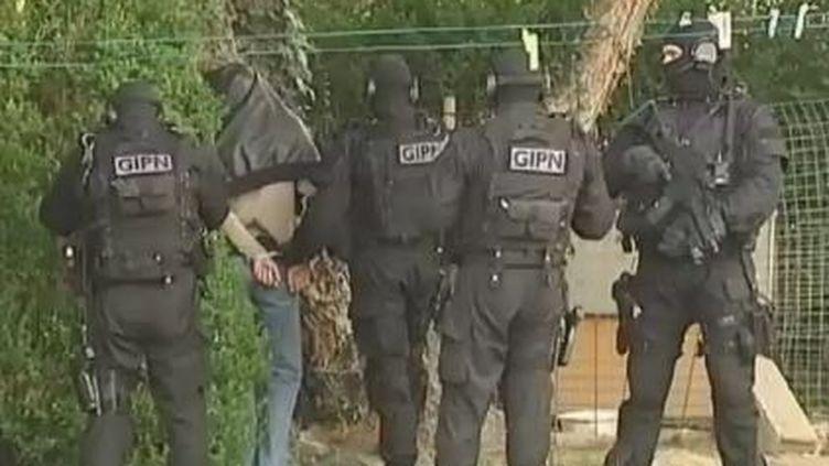 Des policiers du GIPN encadrent un homme interpellé, près de Nantes (Loire-Atlantique), le 30 mars 2012. (FTVI / FRANCE 2)