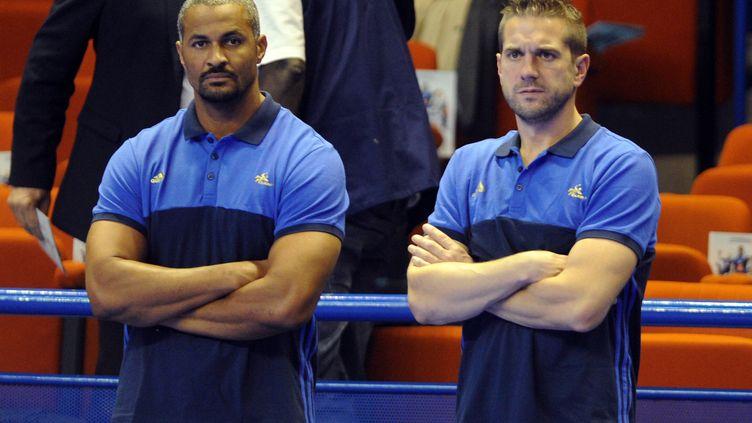 Didier Dinart (à gauche) et Guillaume Gille, entraîneurs de l'équipe de France de handball.  (GAIZKA IROZ / AFP)