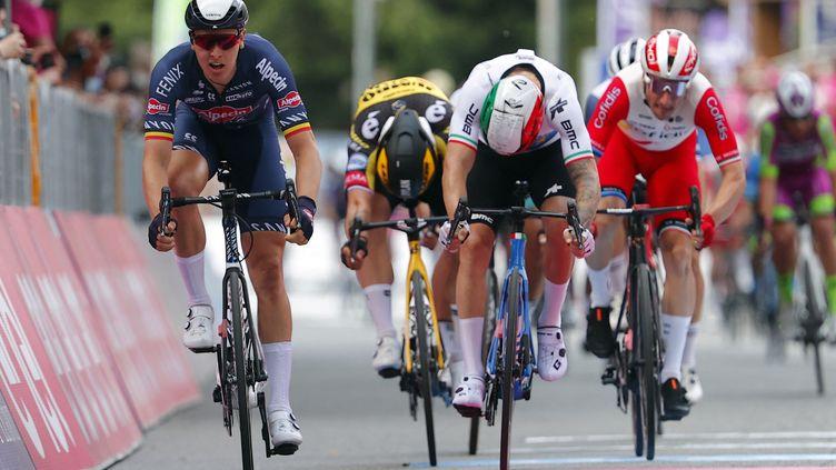Tim Merlier (Alpecin-Fenix) a devancé les sprinteurs lors de la deuxième étape du Tour d'Italie. (LUCA BETTINI / AFP)