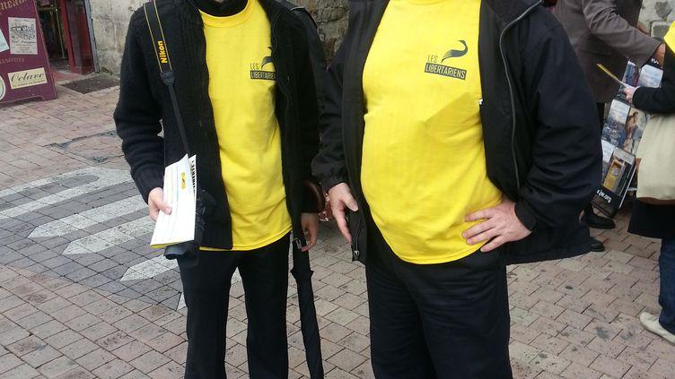 Stéphane Geyres (à droite), le candidat du Mouvement des libertariens à l'élection législative partielle de Villeneuve-sur-Lot (Lot-et-Garonne), le 18 mai 2013. (THOMAS BAIETTO / FRANCETV INFO)