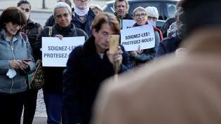 Des manifestants protestent contre l'implantation de consommateurs de crack en Seine-Saint-Denis, le 13 octobre 2021, à Paris. (THOMAS COEX / AFP)