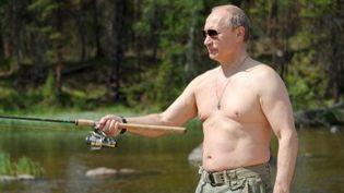 Le président russe, Vladimir Poutine, en train de pêcher pendant ses vacances dans la région de Tyva (sud de la Sibérie) le 26-7-2013. (AFP - Ria-Novosti - Alexei Druzhinin)