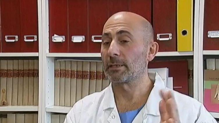 Laurent Lantieri, chirurgien plasticien à l'hôpital Henri-Mondor de Créteil (Val-de-Marne), le 20 décembre 2011. (REBECCA BENBOUREK, ALAIN LOCASCIO / FRANCE 2)