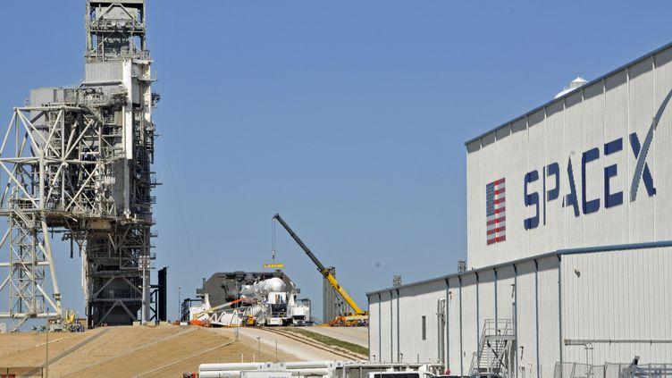 La fusée Falcon 9 est installée sur le pas de tir, sur l'aire de lancement de Space X en Floride (USA), le 17 février 2017. (BRUCE WEAVER / AFP)