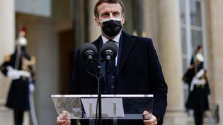 Le président Emmanuel Macron dans la cour de l'Elysée, le 16 décembre. (THOMAS COEX / AFP)