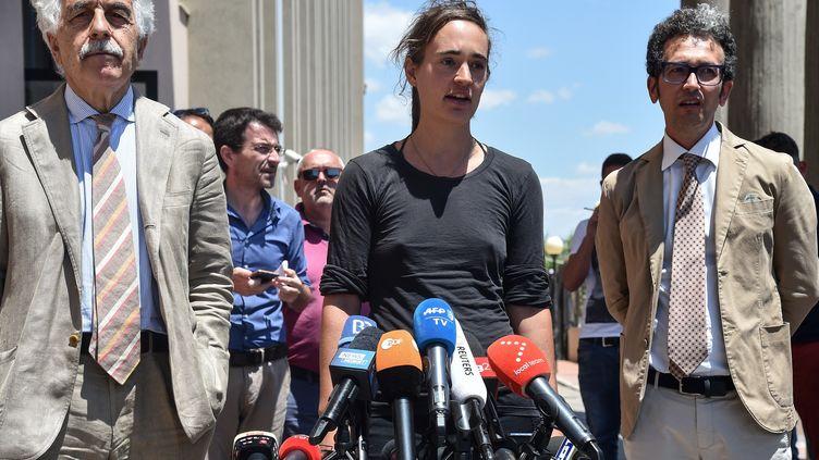 Carola Rackete, capitaine du Sea-Watch 3, à la sortie du palais de justice d'Agrigente, en Sicile, le 18 juillet. (ANDREAS SOLARO / AFP)