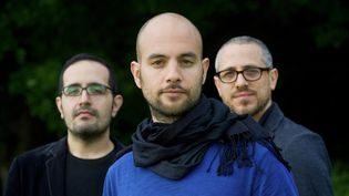 Au premier plan, Shai Maestro. Derrière lui, le contrebassiste Jorge Roeder et le batteur Ziv Ravitz.  (Jean-Baptiste Millot)