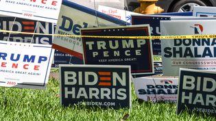 Des pancartes pour les candidats Donald Trump et Joe Biden à Miami en Floride, le 27 octobre 2020. (CHANDAN KHANNA / AFP)
