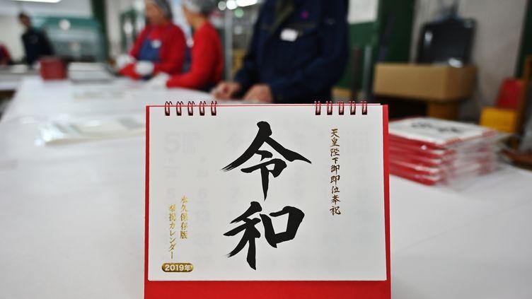 Un calendrier représente le nom de l'ère Reiwa en idéogrammes, le 1er avril 2019, àIbaraki(Japon). (CHARLY TRIBALLEAU / AFP)