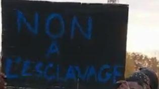 Plusieurs centaines de personnes ont manifesté leur indignation à Paris ce samedi 18 novembre, en réaction aux images diffusées par CNN qui montrent une vente aux enchères de migrants près de Tripoli. (France 2)