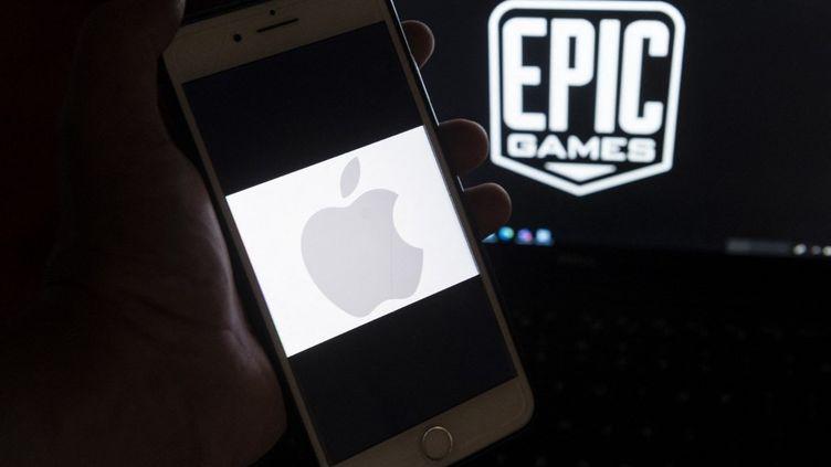 Epic Games et Apple vont régler leurs comptes à partir du 3 mai 2021 dans un tribunal californien (Etats-Unis) où l'éditeur du jeu Fortnite espère renverser le statu quo de l'économie mobile. (ANDREW CABALLERO-REYNOLDS / AFP)