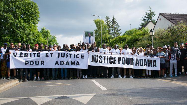 Une marche blanche en mémoire d'Adama Traoré défile dans les rues de Beaumont-sur-Oise (Val-d'Oise), le 21 juillet 2016. (LUCAS ARLAND / CITIZENSIDE / AFP)