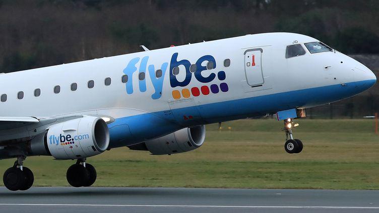 Un avion Flybe décolle de l'aéroport de Manchester (Royaume-Uni), le 13 janvier 2020. La compagnie britannique est la première victime de la crise sanitaire liée au coronavirus. Elle aannoncé sa faillite jeudi 5 mars 2020. (PHIL NOBLE / REUTERS)