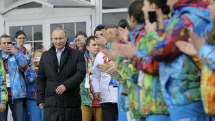 Le président russe,Vladimir Poutine, estapplaudi par des athlètes russes à Sotchi (Russie), le 5 février 2014. (VADIM GHIRDA/AP/SIPA / AP)