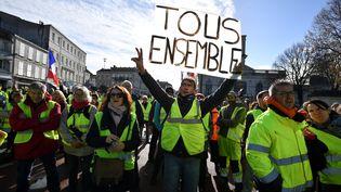 """Des """"gilets jaunes"""" dans les rues de Rochefort (Charente-Maritime), le 24 novembre 2018. (XAVIER LEOTY / AFP)"""