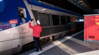 Un cheminot et un conducteur de TGV à la gare de Toulouse, le 21 novembre 2019. (VALENTINO BELLONI / AFP)