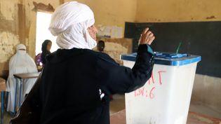 Une électrice en train de voter lors du premier tour des législatives à Gao (est du Mali), le 29 mars 2020. (SOULEYMANE AG ANARA / AFP)
