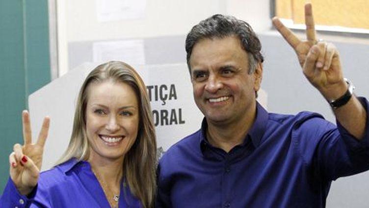 Le candidat social-démocrate Aecio Neves, au côté de sa femme Leticia Weber, lors d'une conférence de presseà Belo Horizonte, dans le Minas Gerais (Brésil), le 5 octobre 2014. (REUTERS / Washington Alves)