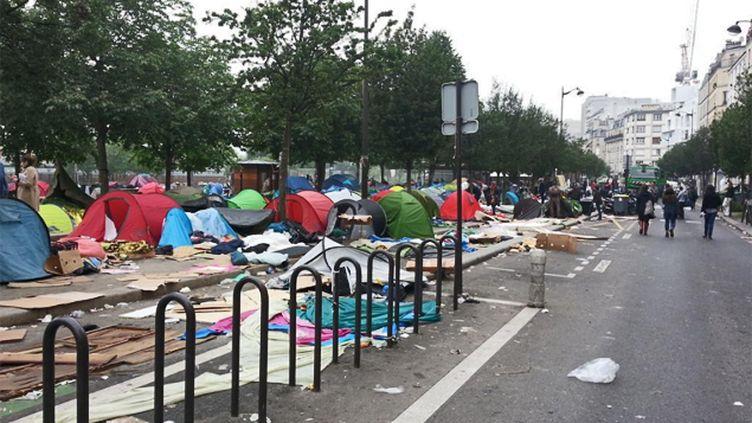 (L'évacuation des migrants du campement du jardin d'Eole dans le XVIIIe arrondissement de Paris s'est déroulée lundi matin. Les abris de fortune, vides, était toujours là en fin de matinée © Radio France / Sandrine Etoa)
