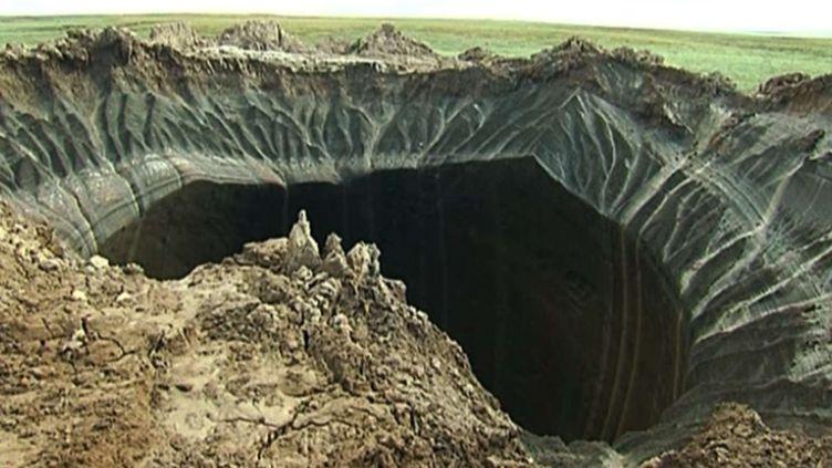 Un cratère dans la péninsule de Yamal, en Sibérie (Russie), le 16 juillet 2014. ( AP / SIPA )