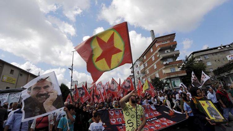 (Le drapeau du PKK et le portrait de son leader emprisonné Abdullah Ocalan © Reuters-Murad Sezer)