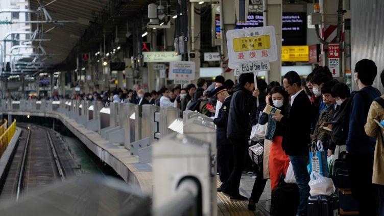 Des passagers attendent un train à la gare de Tokyo au début de la Golden Week. (KAZUHIRO NOGI / AFP)