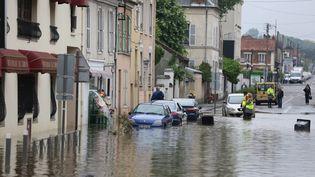 Evacuations des habitantsd'un quartier de la ville de Longjumeau (Essonne), le 2 juin 2016. (MAXPPP)