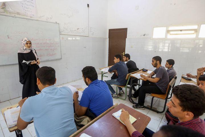 Des lycéens suivent des cours de rattrapage dans un lycée d'un quartier de Tripoli épargné par les combats, le 20 mai 2019. (MAHMUD TURKIA / AFP)