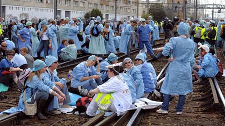 Les infirmiers anesthésistes bloquent une voie à la gare Montparnasse (18/05/2010) (AFP / ERIC PIERMONT)