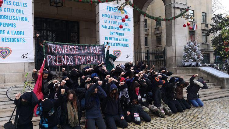 Des lycéens de Montreuil (Seine-Saint-Denis) à genoux, avec les mains sur la tête, vendredi 7 décembre, pour soutenir les 151 élèves arrêtés la veille à Mantes-la-Jolie (Yvelines). (FSU93)