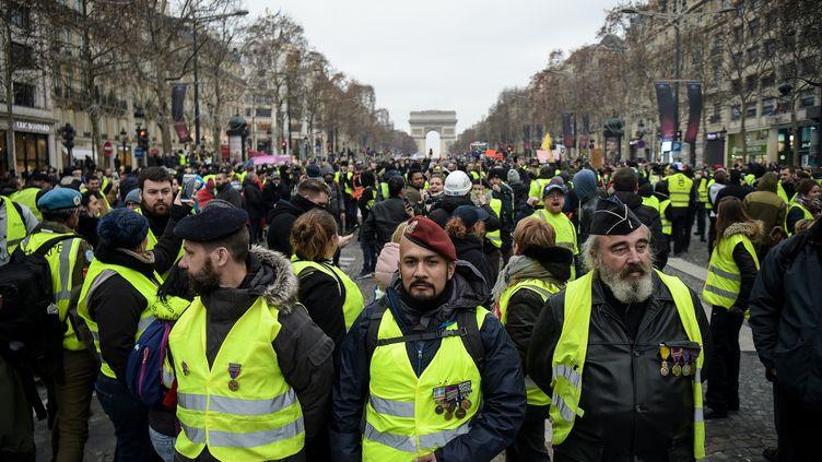 """L'ancien parachutiste Victor Lenta, dans un cortège de """"gilets jaunes"""" à Paris, le 5 janvier 2019. (LUCAS BARIOULET / AFP)"""