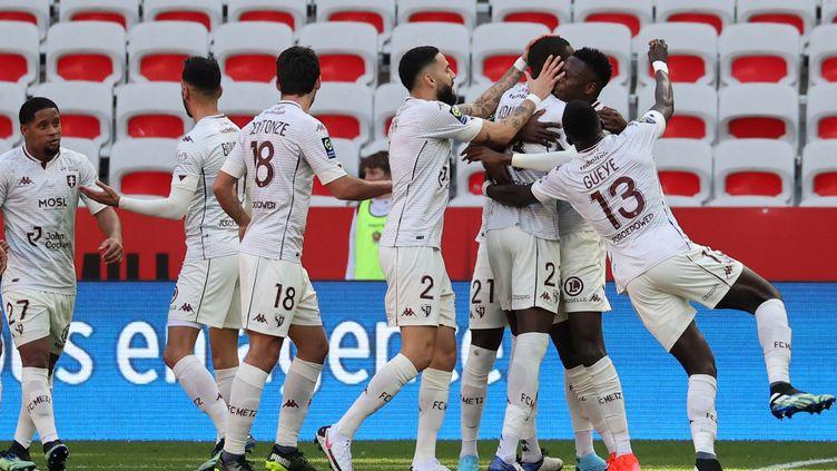 Les joueurs de Metz après le but de Kouyaté face à Nice, le 21 février 2021.  (VALERY HACHE / AFP)