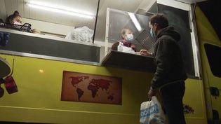 """Liliane et sa fille Audrey distribuent des repas gratuitement aux étudiants rochelais, avec leur food-truck """"La Cocotte Jaune"""". (CAPTURE D'ÉCRAN FRANCE 3)"""