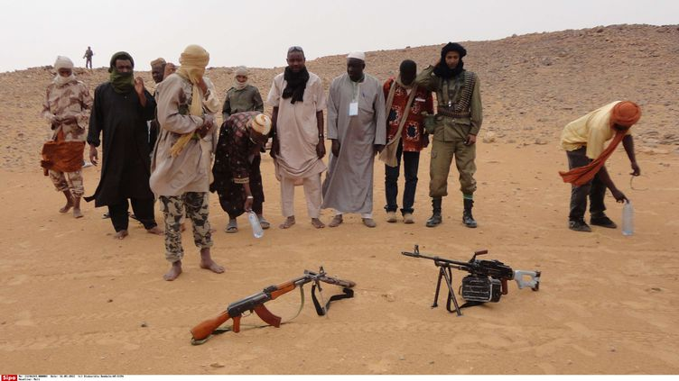 Des islamistes du mouvement Ansar Dine se préparent à la prière, dans le désert, près de Gao (Mali), le 16 mai 2012. (DIAKARIDIA DEMBELE / AP / SIPA)