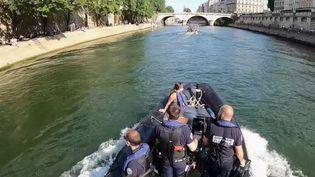Plus de deux semaines après le début du déconfinement, les parcs et jardins parisiens sont toujours fermés. Les habitants de la capitale prennent donc l'air enbord de Seine et du canal Saint-Martin, où la police est omniprésente. (France 2)