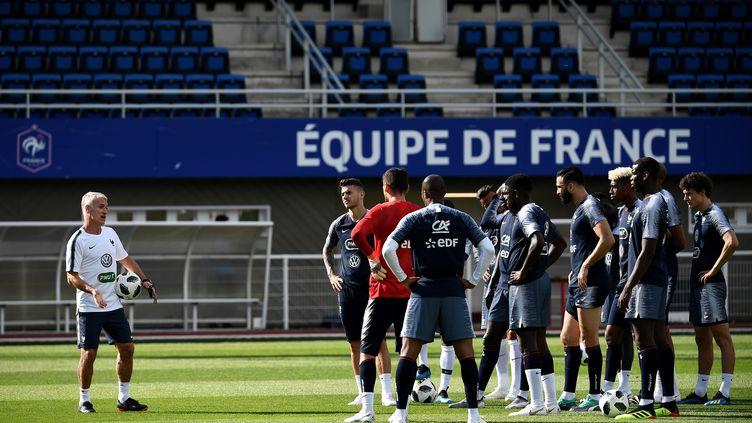 Didier Deschamps et l'équipe de France lors d'une session d'entraînement à Clairefontaine (Yvelines), le 30 mai 2018. (FRANCK FIFE / AFP)