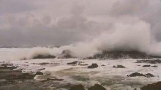 Capture d'écran d'une vidéo montrant des vagues formées par les vents violents à l'approche du cyclone Marcia, le 19 février 2015, en Australie. (REUTERS )