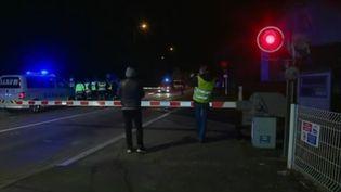 Nouvel accident mortel sur un passage à niveau dans l'Yonne, à Jonches. La collision qui a fait deux morts s'est produite il y a un peu plus de 2 heures. En direct de Jonches, Sébastien Kerroux fait le point. (France 3)