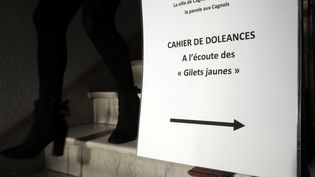 Un panneau indiquant un cahier de doléances à Cagnes-sur-mer, dans les Alpes-Maritimes. (VALERY HACHE / AFP)