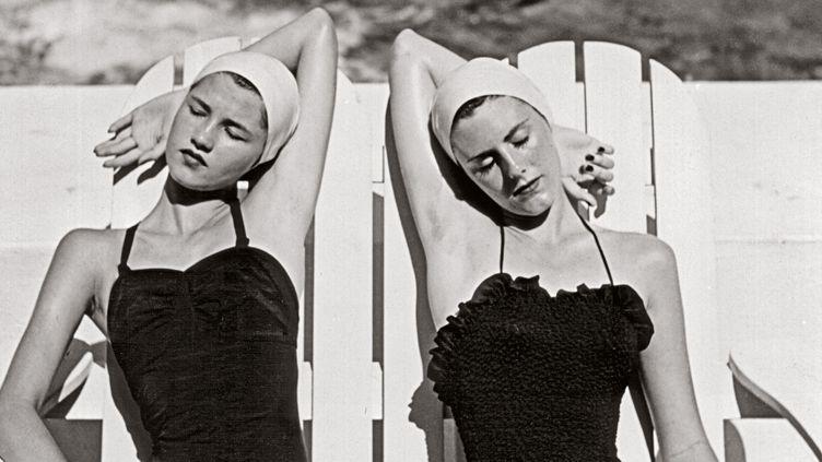 """Louise Dahl-Wolfe, l'élégance en continu"": jumelles à la plage Nasáu, Bahamas, 1949  (Louise Dahl-Wolfe, 1989 Center for Creative Photography, Arizona Board of Regents Courtesy Staley-Wise Gallery, New York)"