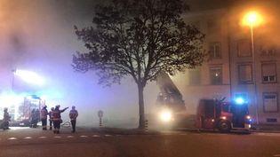 Des pompiers tentent de maîtriser un incendie dans un immeuble de Soleure (Suisse), le 26 novembre 2018. (HO / POLIZEI KANTON SOLOTHURN / AFP)