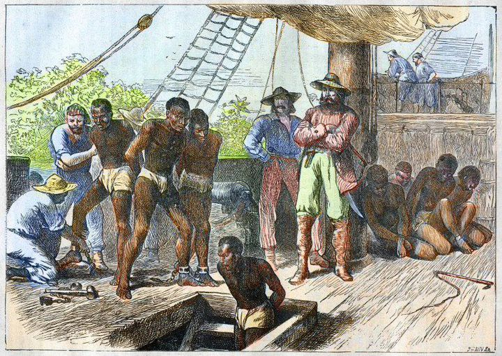 Un navire négrier chargeant sa «cargaison» d'esclaves avant la traversée de l'Atlantique (gravure de 1881). (AFP - Bianchetti/Leemage)