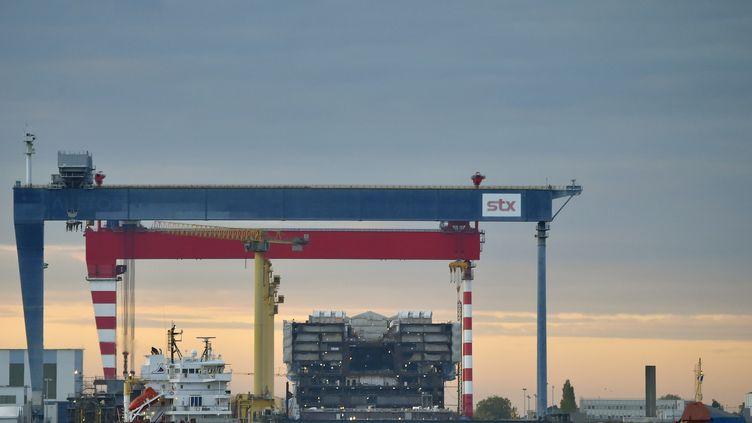 """L'""""Oasis 4"""" est en construction dans les chantiers de STX France, à Saint-Nazaire, le 20 octobre 2016. (LOIC VENANCE / AFP)"""