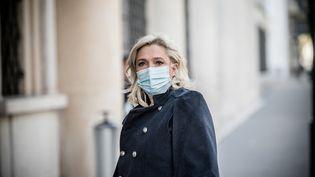 La présidente du Rassemblement national, Marine Le Pen, rejoint une réunion politique présidée par le Premier ministre en présence des chefs de partis, le 21 octobre 2020 à Paris. (ARTHUR NICHOLAS ORCHARD / HANS LUCAS / AFP)
